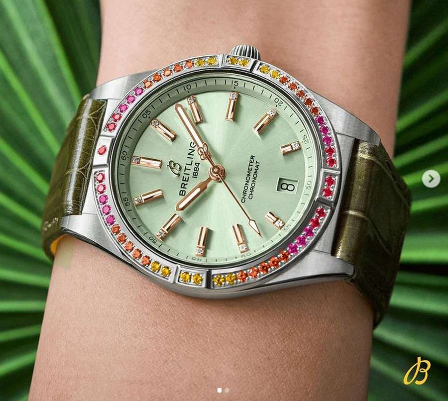 A wrist with a watch on it  Description automatically generated with medium confidence