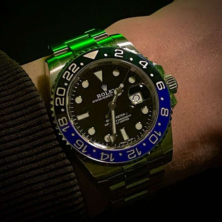 A wrist with a watch on it  Description automatically generated with low confidence