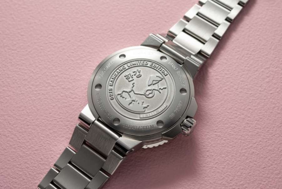 A picture containing watch, wall, indoor Description automatically generated